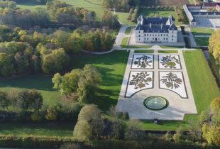 1 Château d_Ancy le Franc nouveaux parterres Ouest et Est vue aerienne 2